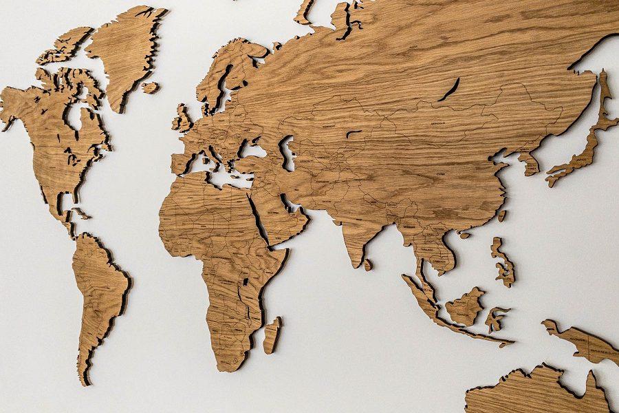 Sieninis medinis pasaulio žemėlapis su šalių pavadinimais ir smeigtukais - alyvuotas Ąžuolas