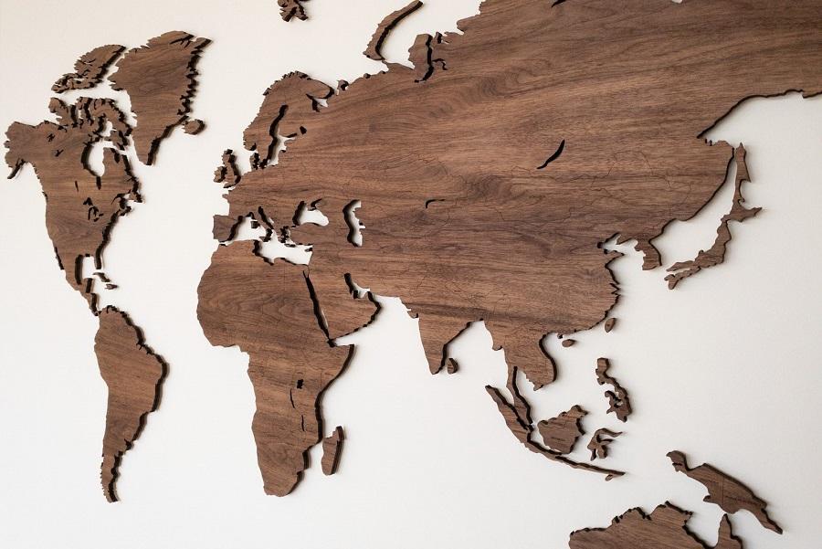 Detalus medinis pasaulio žemėlapis su šalių pavadinimais ant sienos Riešutmedis