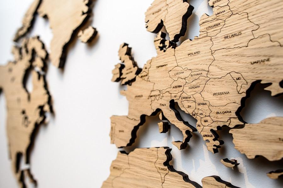 Detalus sieninis pasaulio žemėlapis medinis su šalių pavadinimais ir smeigtukais žymėti keliones Ažuolas, Map it Studio
