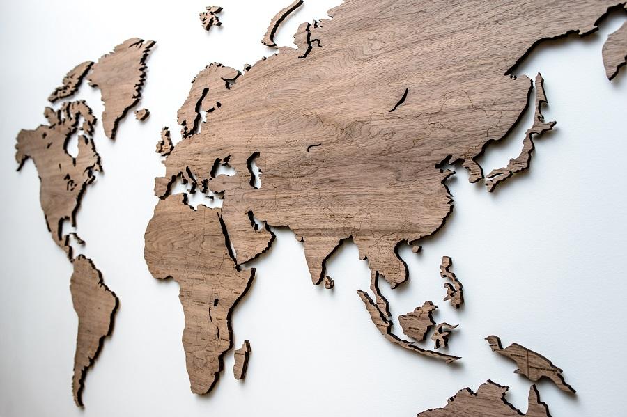 Weltkarte aus Holz mit Ländernamen und Pins an der Wand Nut, Map it Studio