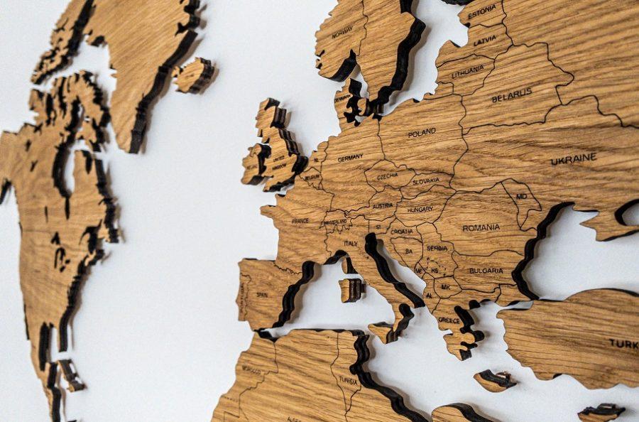 Medinis pasaulio žemėlapis sieninissu šalių pavadinimais ir smeigtukais Ąžuolas