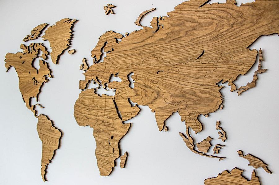 Sieniniai mediniai pasaulio žemėlapiaisu valstybėmis, kelionių žemėlapis su smeigtukais Ąžuolassmeigtukais