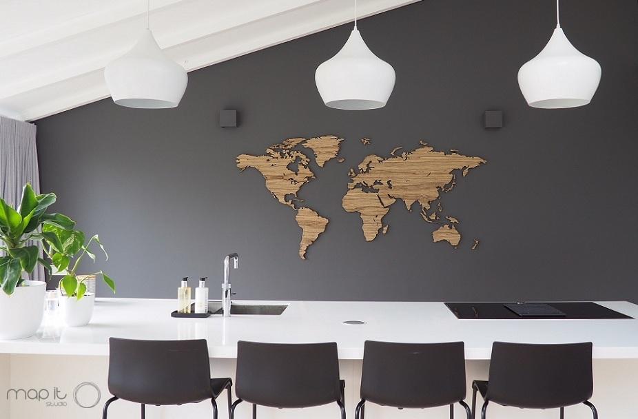 Weltkarte aus Holz mit Ländernamen und pins für die Wanddekoration