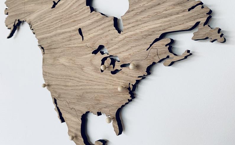 Weltkarte aus Holz mit pins fur eine Wanddekoration- Holzkarten von Map it Studio